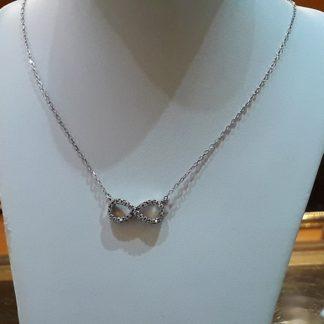 Collar de plata con el símbolo infinito