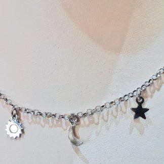 Gargantilla de plata con motivos de estrellas y lunas